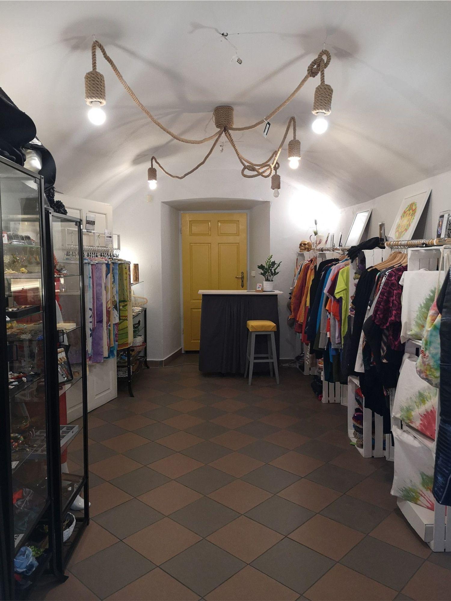 Zdjęcie wnętrza artystycznej piwnicy