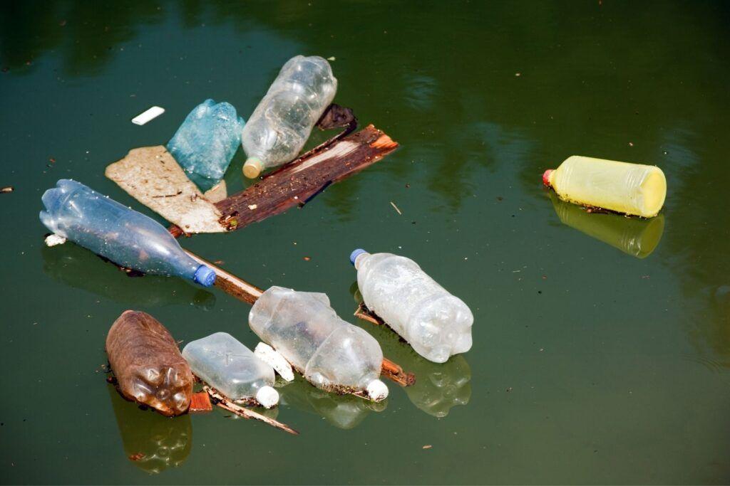 plastikowe butelki pływające wwodzie