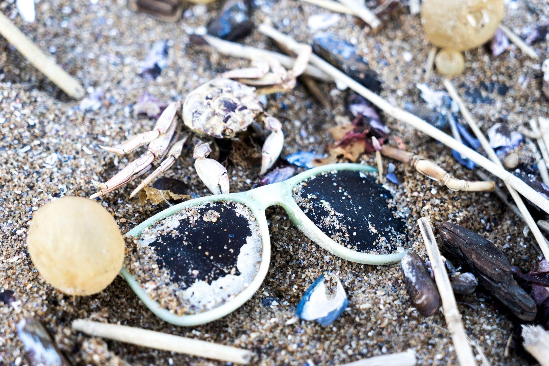 plastikowe śmieci na plaży